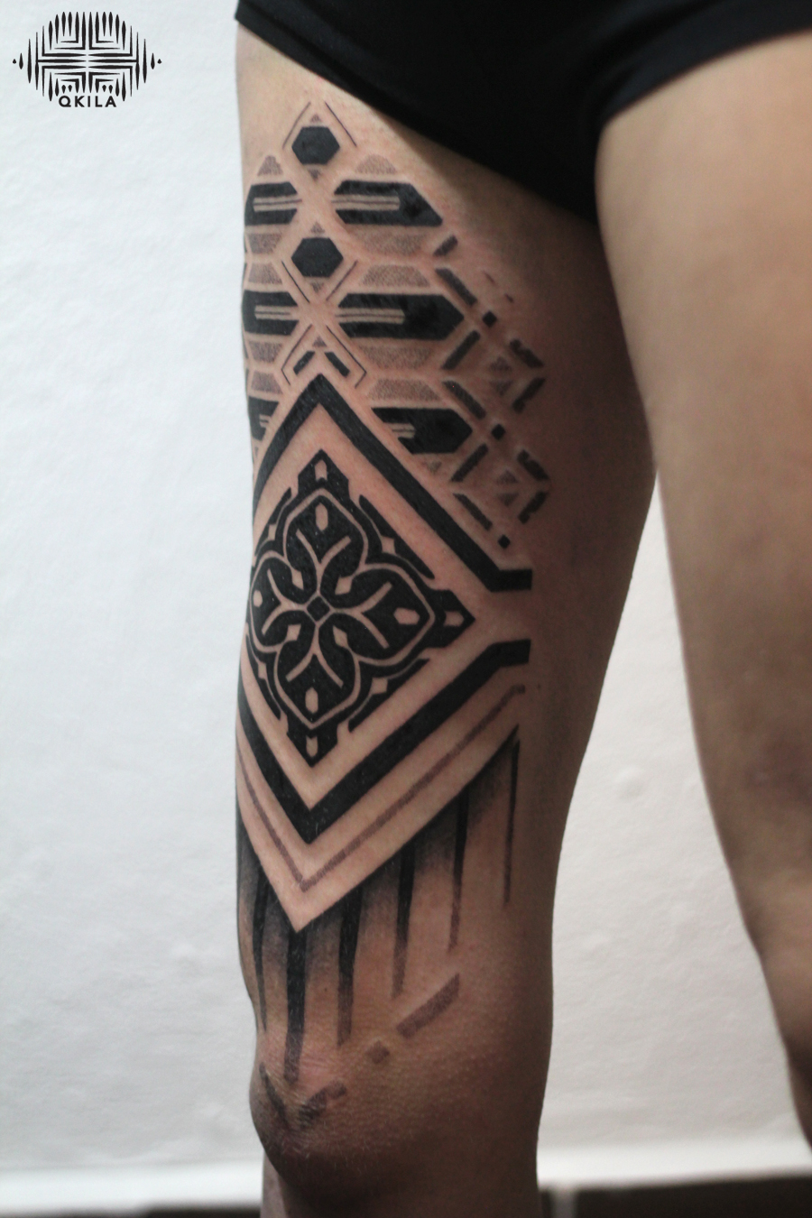 leg tattoo,nimes,black,patterns tattoo,op art, sleeves tattoo, dotwork tattoo, qkila,geometric tattoo, ethnique tattoo, les tatoués anonymes, nimes