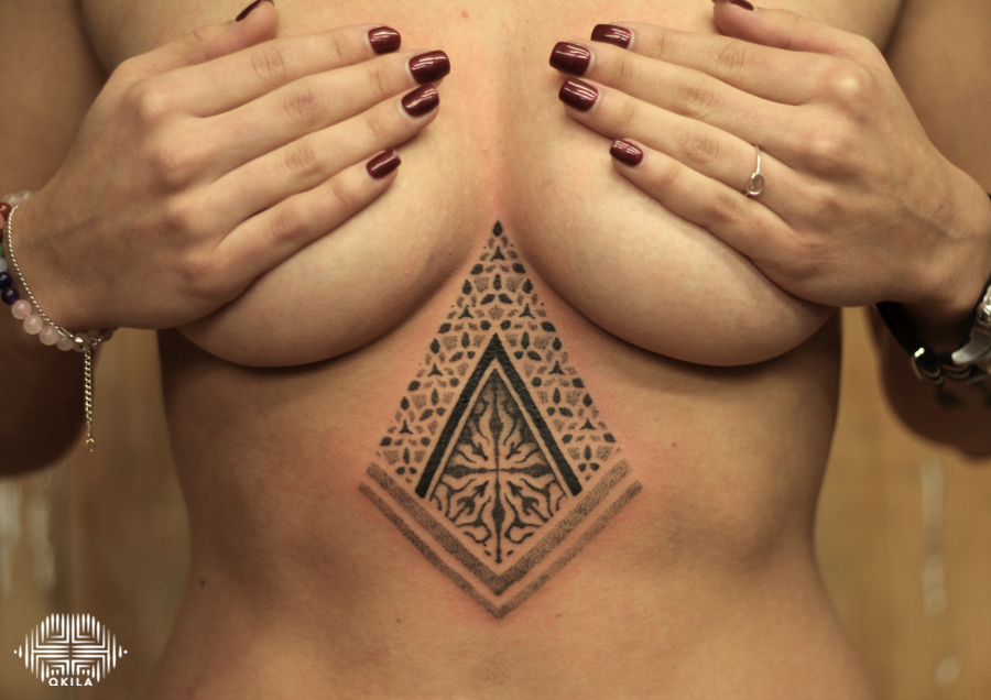 promenade noire,underboobs,black,patterns tattoo,op art, sleeves tattoo, dotwork tattoo, qkila,geometric tattoo, ethnique tattoo, les tatoués anonymes, nimes